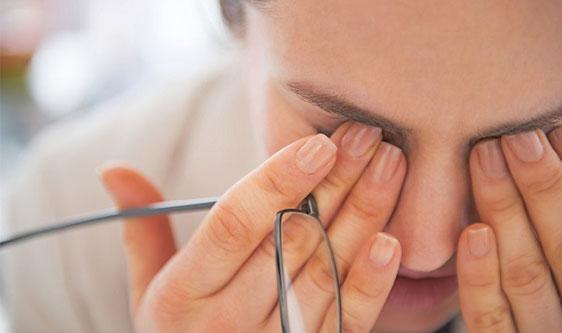 Sử dụng muối thảo mộc thuốc bắc trị mỏi mắt<br>
